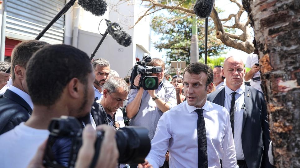 Emmanuel Macron lors d'une visite surprise dans le quartier rénové des Camélias, le 24 octobre 2019 à Saint-Denis-de-la-Réunion