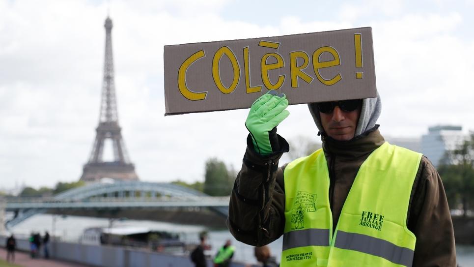 """Un homme participant au mouvement des """"gilets jaunes"""", à Paris, le 27 avril 2019"""