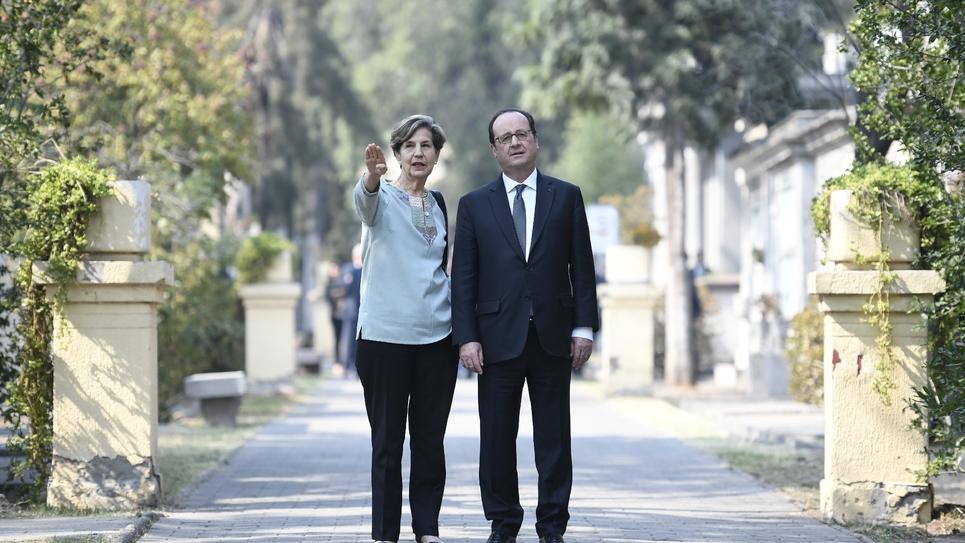 François Hollande visite la maison de Salvador Allende, l'ancien président socialiste chilien victime du coup d'Etat d'Augusto Pinochet en 1973, en compagnie de sa fille Isabel Allende, le 22 janvier 2017 à Santiago