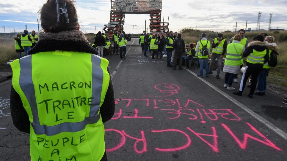 Des gilets jaunes bloquent la route menant au dépôt de carburant de Frontignan, le 3 décembre 2018