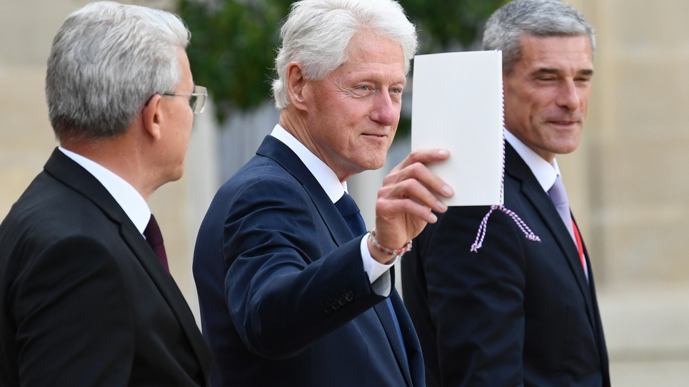 L'ancien président américain Bill Clinton (C) quitte le Palais de l'Elysée après un déjeuner à l'issue de l'hommage solennel à l'ancien président Jacques Chirac, le 30 septembre 2019 à Paris