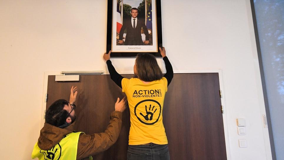 Des militants écologistes décrochent le portrait d'Emmanuel Macron de la mairie de Saint-Sébastien-sur-Loire (Loire-Atlantique), le 4 mars 2019