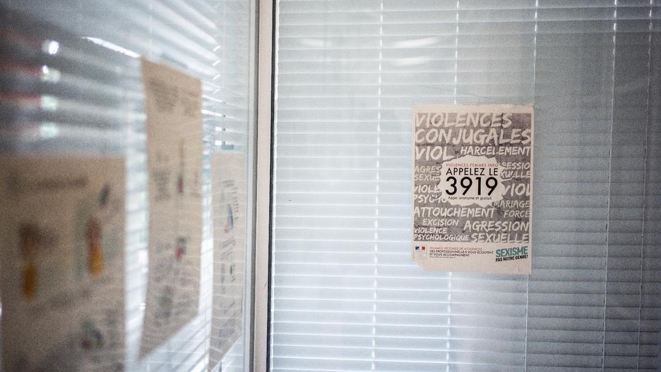 Une affiche du 3919 dans un centre d'hébergement à Chatillon le 7 août 2019