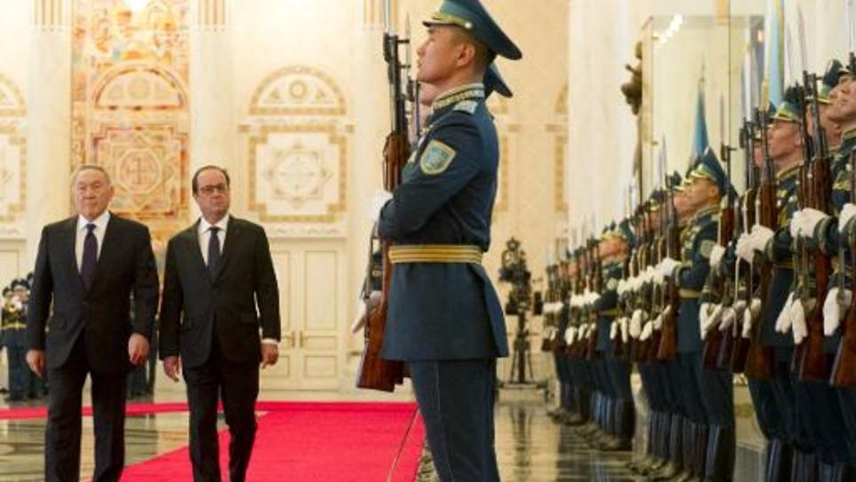 Le président Francois Hollande reçu en grande pompe par son homologue kazakh Noursoultan Nazarbaïev (D) le 5 décembre 2014 à Astana
