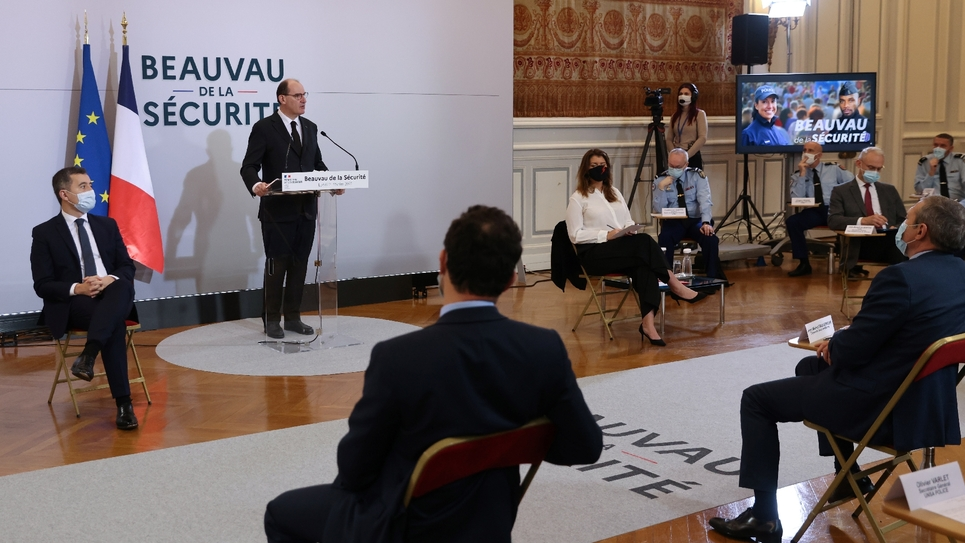 """Le Premier ministre Jean Castex (c) prononce un discours aux cotés du ministre de l'Intérieur Gérald Darmanin (g) lors du lancement du """"Beauvau de la Sécurité"""" à Paris, le 1er février 2021"""