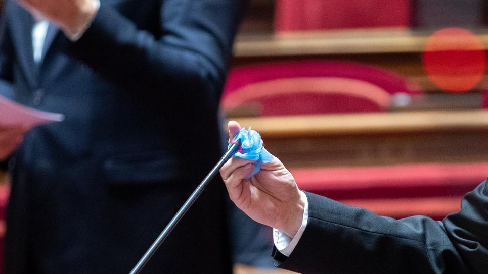 Le 08 avril 2020, les micros placés dans l'hémicycle sont désinfectés entre chaque orateur.