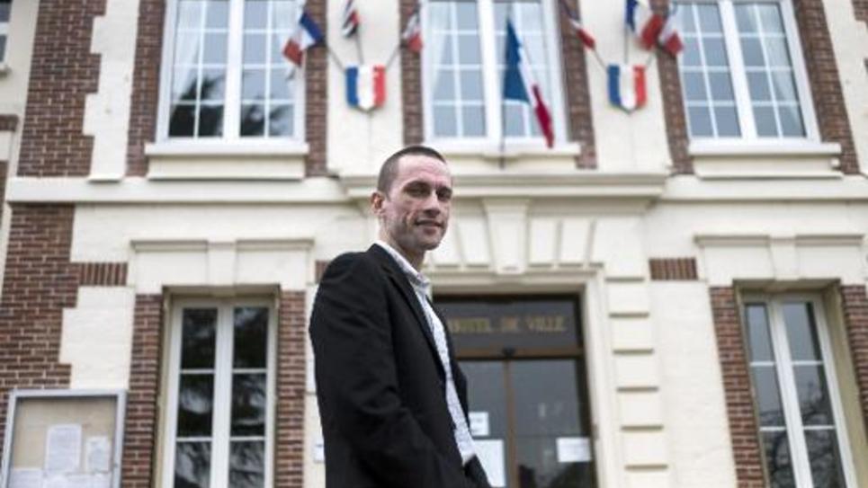 Le maire Front national (FN) de Mantes-la-Ville, Cyril Nauth, le 31 mars 2014 devant la mairie de sa ville