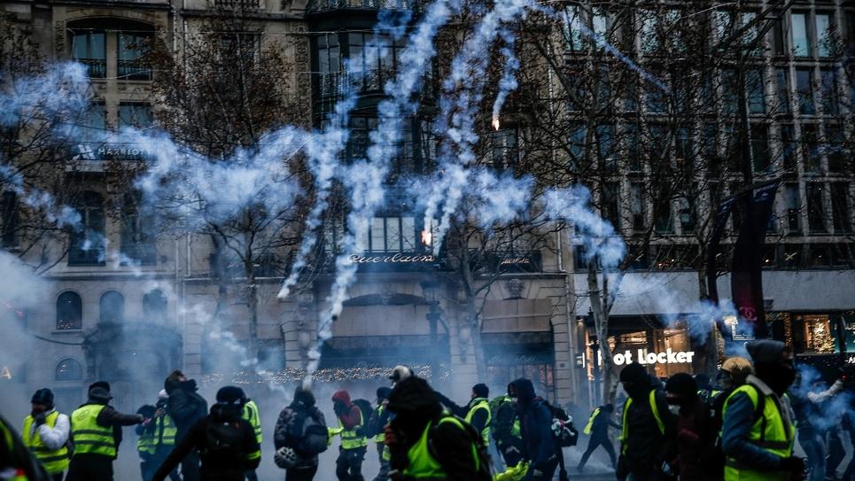 """Des """"gilets jaunes"""" aux prises avec les forces de l'ordre sur les Champs-Elysées à Paris, le 15 décembre 2018"""