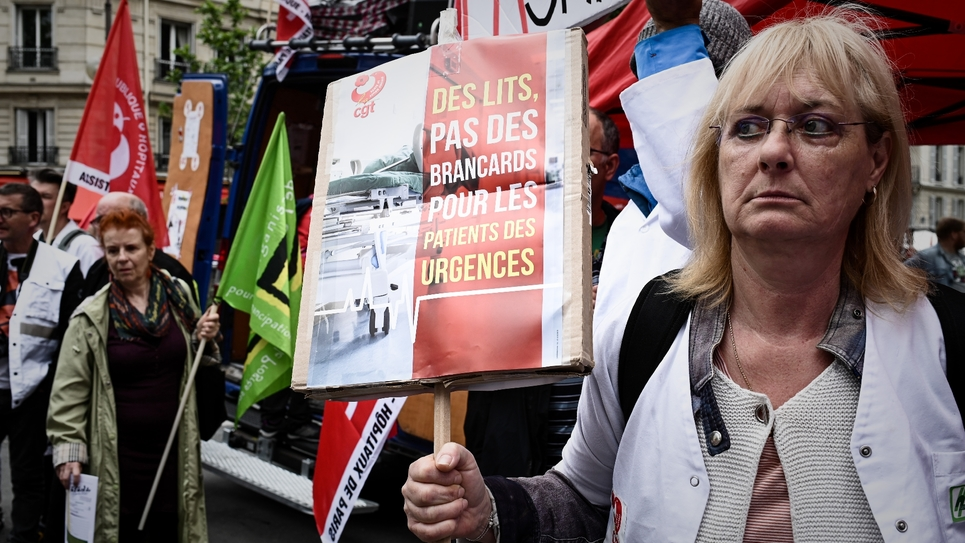 Des personnels hospitaliers manifestent près du ministère de la Santé à Paris, le 11 juin 2019