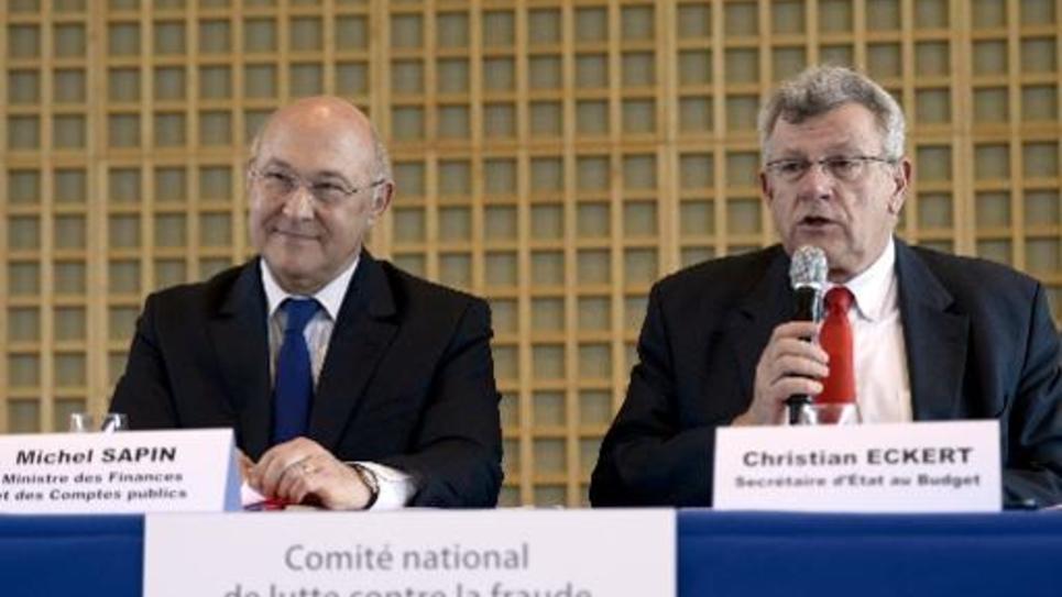 Le ministre des Finances Michel Sapin et le secrétaire d'Etat au Budget  Christian Eckert lors d'une conférence de presse le 22 mai 2014 à Paris