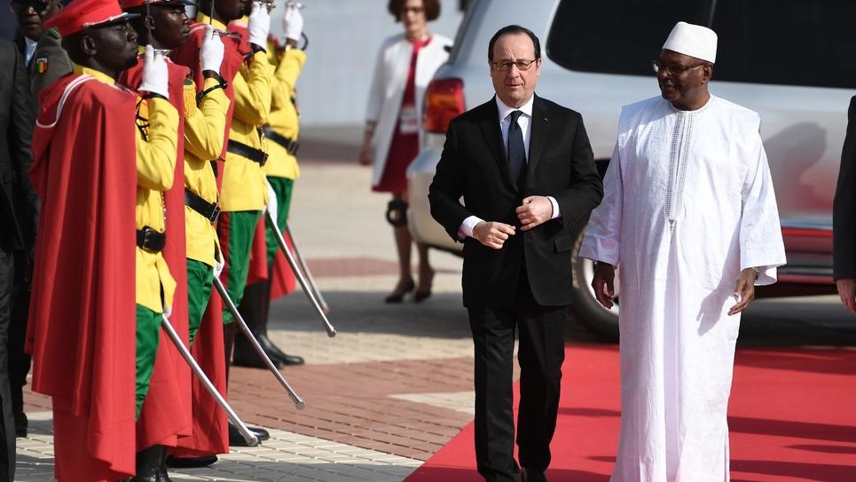 Les présidents français François Hollande et malien Ibrahim Boubacar Keita à leur arrivée le 14 janvier 2017 au sommet Afrique France à Bamako