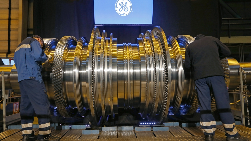 Des salariés de l'usine General Electric de Belfort travaillent sur une turbine le 22 février 2017
