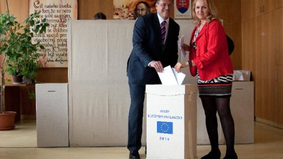 Le Commissaire européen Maros Sefcovic et son épouse votent pour les élections euorpénnes le 24 mai à Bratislava