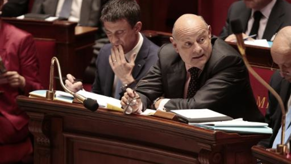 Le Premier ministre Manuel Valls (à gauche) et le secrétaire d'Etat aux relations avec le Parlement Jean-Marie Le Guen à l'Assemblée le 20 mai 2015
