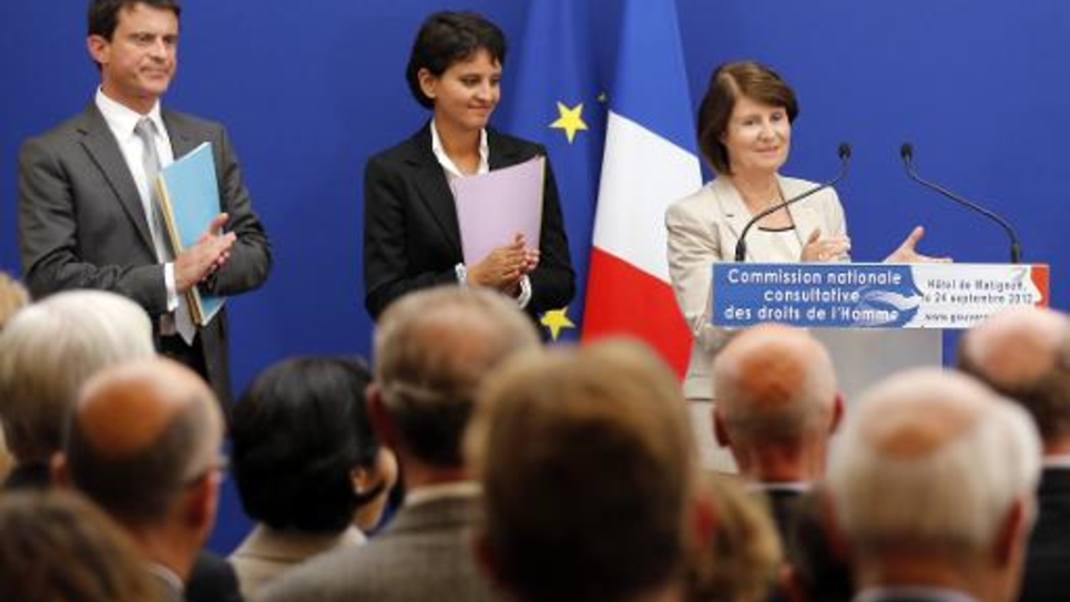 La présidente de la CNCDH, Christine Lazerges (D), Najat Vallaud-Belkacem (C) et Manuel Valls le 24 septembre 2012 à Matignon à Paris