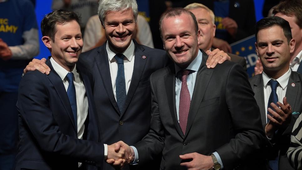 Laurent Wauquiez entouré de François-Xavier Bellamy (G) et de Manfred Weber (D), le 26 avril 2019 à Strasbourg