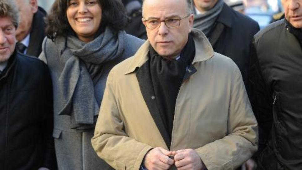 Le ministre de l'Intérieur Bernard Cazeneuve (c), accompagné de la secrétaire d'Etat Myriam el-Khomri (g), en charge de la Politique de la ville, le 7 février 2015, à Lunel, dans l'Hérault