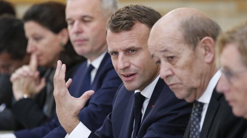 Le président de la République Emmanuel Macron (C) préside le conseil des ministres, le 17 octobre 2018 à Paris