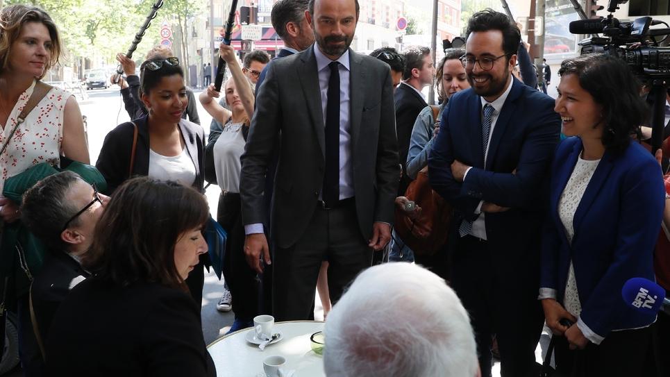 Le Premier ministre Edouard Philippe (c), au côté du secrétaire d'Etat au Numérique Mounir Mahjoubi, candidat aux législatives dans la 16e circonscription de Paris, le 26 mai 2017