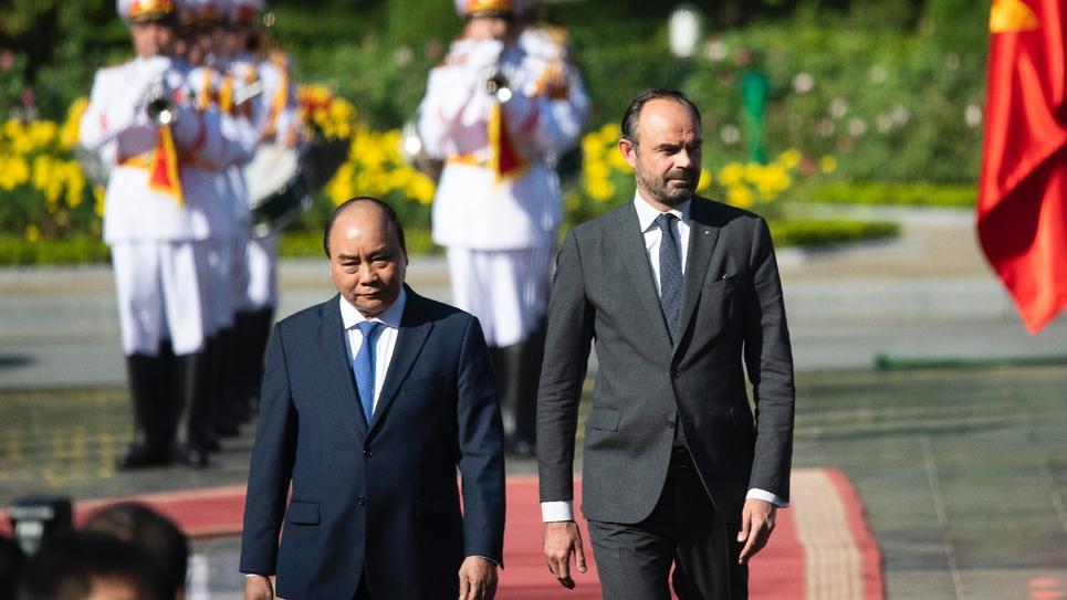 Le Premier ministre français Edouard Philippe (g), aux côtés de son homologue vietnamien Nguyen Xuan Phuc, passe en revue la garde d'honneur, le 2 novembre 2018 à Hanoï
