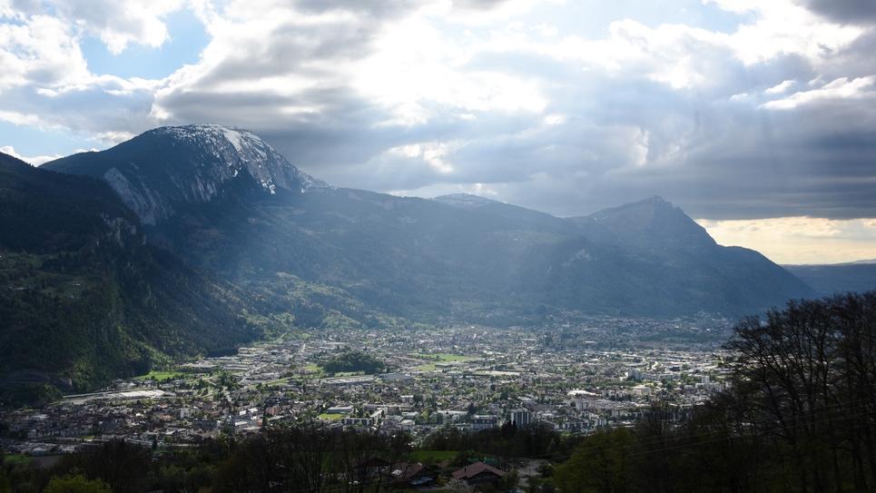 Photo prise le 17 avril 2017 depuis Thyez (Haute-Savoie) de la Vallée de l'Arve qui connaît régulièrement des pics de pollution