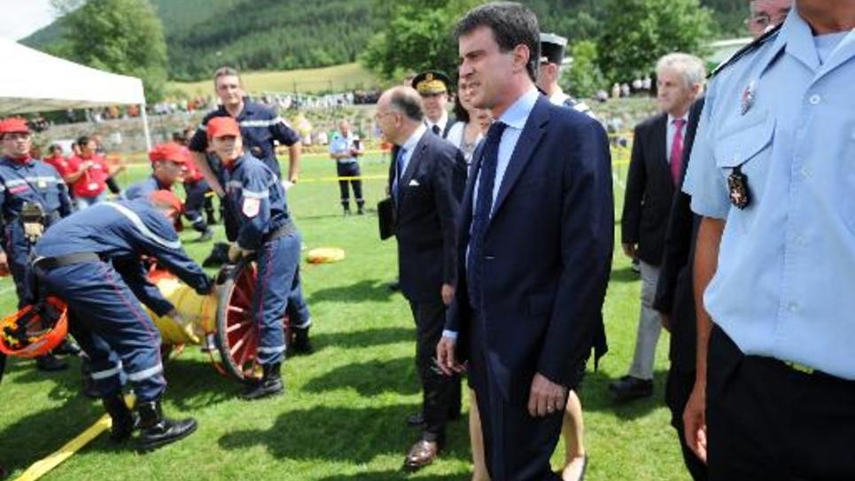 Le Premier ministre Manuel Valls assiste à un rassemblement de jeunes pompiers, le 5 juillet dans le sud de la France à Mende
