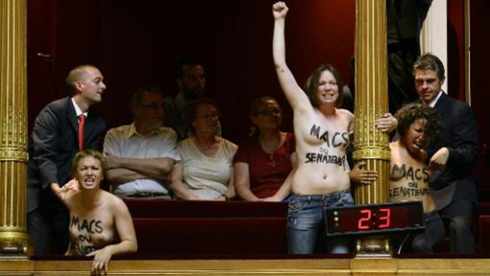 """Des Femen seins nus crient """"Etes-vous macs ou sénateurs?"""", le 17 juillet 2014 au Sénat"""