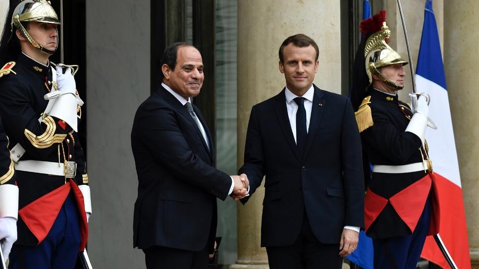 Les présidents français et égyptien Emmanuel Macron et Abdel Fattah al-Sissi devant le palais de l'Élysée, le 24 octobre 2017