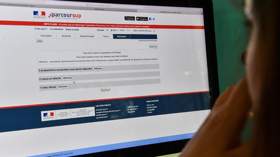 """Une lycéenne consulte les résultats de ses voeux sur le site """"Parcoursup"""", le 22 mai 2018"""