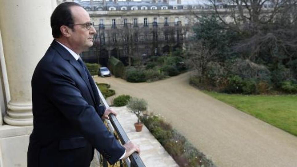 Le Président François Hollande pose au balcon de son bureau à l'Elysée le 24 février 2015
