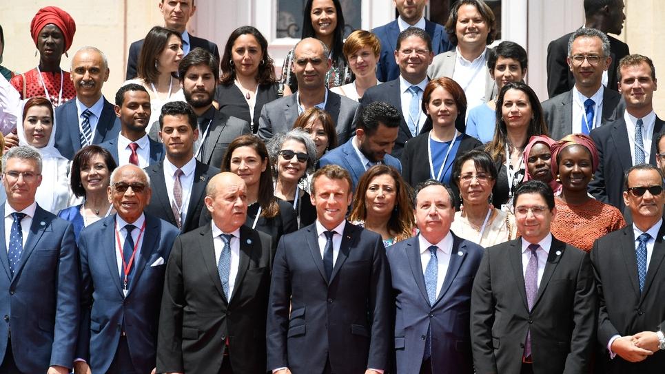 """Emmanuel Macron, ministres et représentants de la société civile de 10 pays de la Méditerranée occidentale, lors du """"sommet des deux rives"""", à Marseille, le 24 juin"""