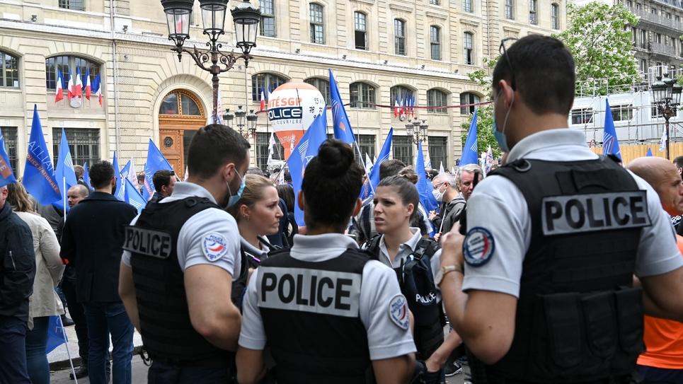 Des policiers manifestent devant la Préfecture de police, le 17 juin 2020 à Paris