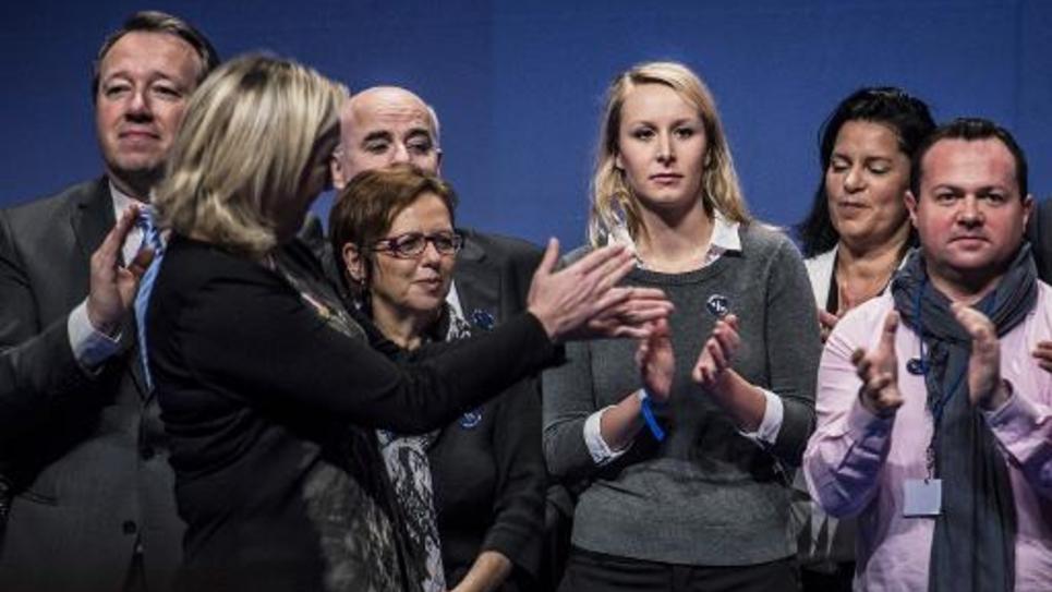 La députée française du FN Marion Maréchal-Le Pen (c) et la présidente du parti Marine Le Pen (2e à d), le 30 novembre 2014 à Lyon, durant le 15e congrès du Front national