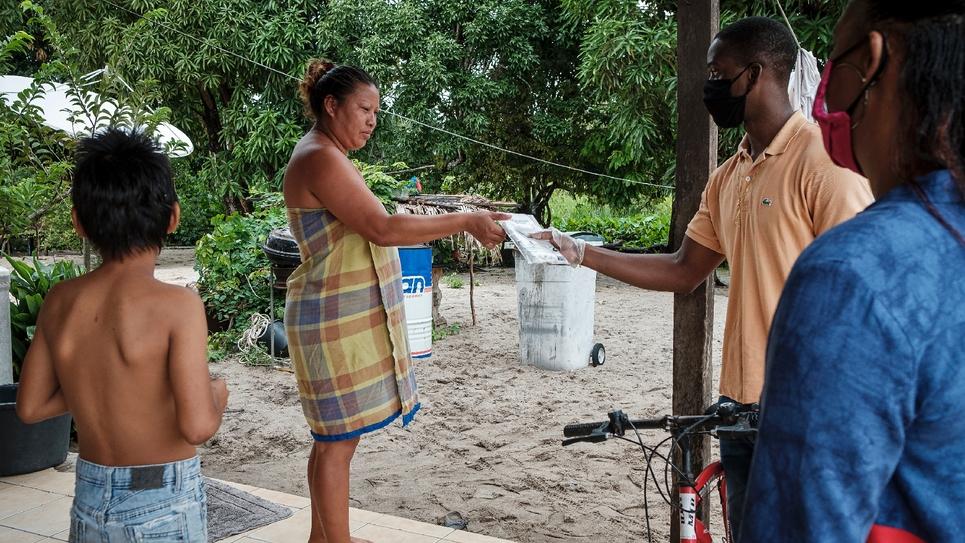 Distribution de masques aux habitants de Mana, en Guyane, le 13 juin 2020