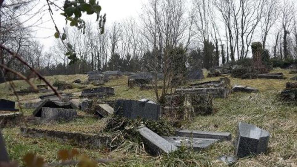 Les tombes profanées du cimetière juif de Sarre-Union, dans le nord-est de la France, le 16 février 2015