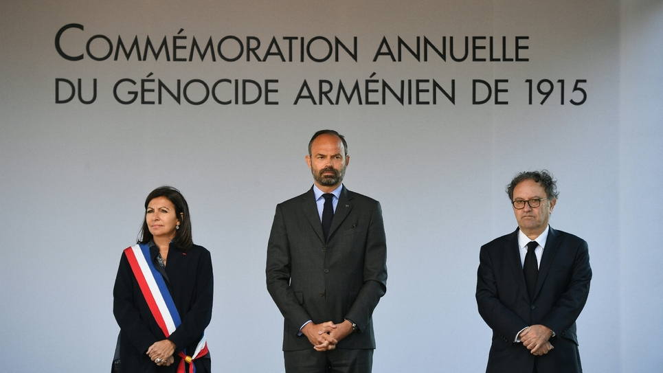 Le Premier ministre Edouard Philippe (c), la maire de Paris Anne Hidalgo (g) et Ara Toranian, le coprésident du Conseil de coordination des organisations arméniennes de France (CCAF) lors des commémorations du génocide arménien, le 24 avril 2019 à Paris