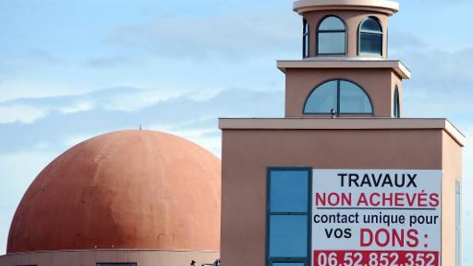 Un appel au don est affiché sur le minaret d'une mosquée de Toulouse encore en cosntruction, le 10 mars 2013
