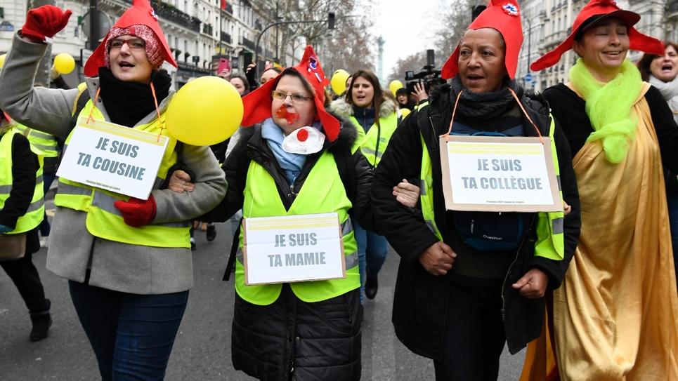 """Des """"femmes gilets jaunes"""" près de la place de la Bastille à Paris le 6 janvier 2019"""