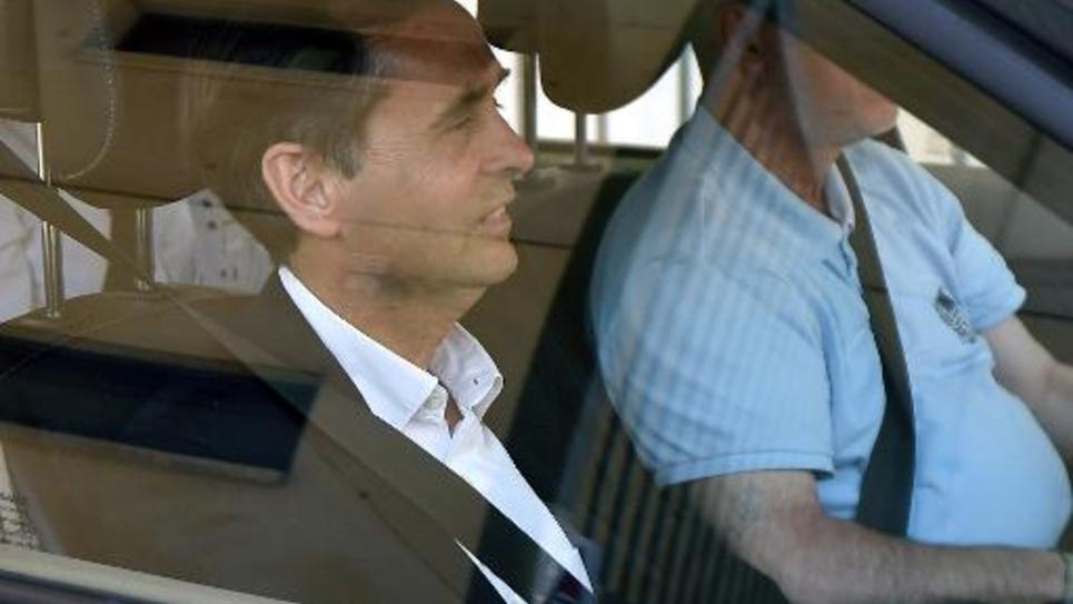 Le maire de Béziers Robert Ménard quitte les locaux de la police où il a été entendu le 6 mai 2015