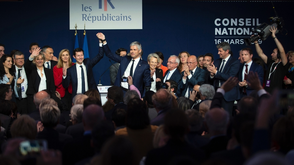 Le président des Républicains Laurent Wauquiez (d) et François-Xavier Bellamy (g), tête de liste LR aux Européennes, lors d'un Conseil national du parti, le 16 amrs 2019 à Lyon