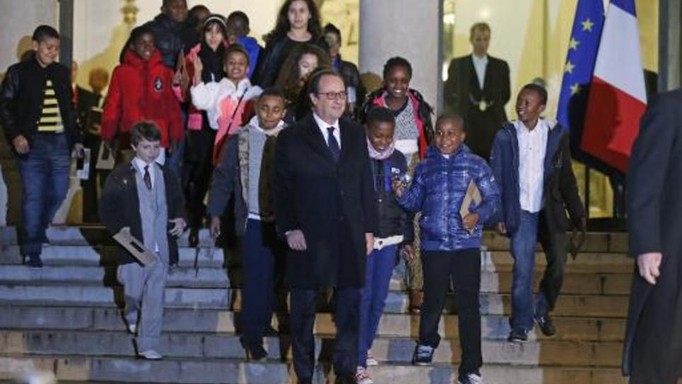 François Hollande reçoit des enfants lors de la présentation du sapin de Noël de l'Elysée, le 12 décembre 2014 à Paris