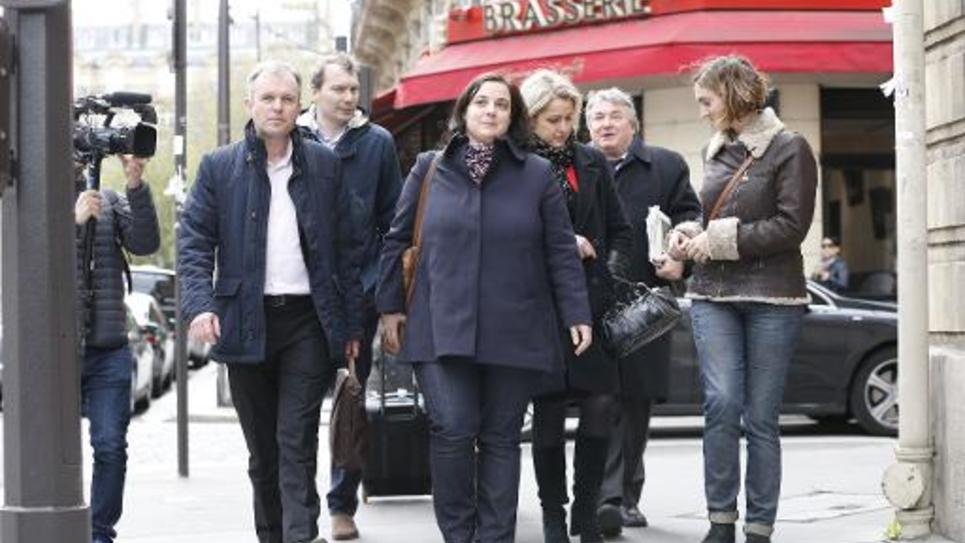 La secrétaire nationale d'Europe Écologie-Les Verts, Emmanuelle Cosse (au c.) arrive au siège du PS, rue de Solférino à Paris, accompagné des députés EELV François de Rugy (à g.) et Barbara Pompili (3e à d.), le 30 mars 2015