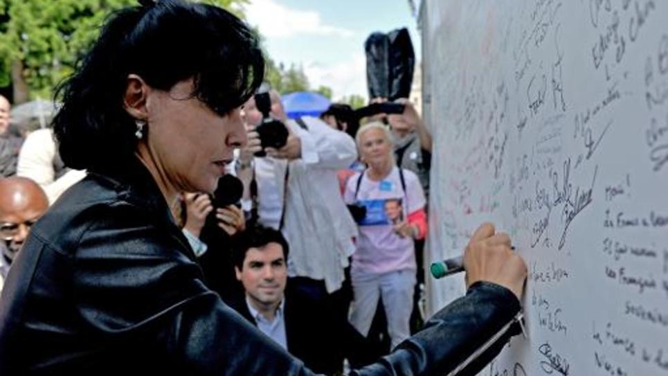 """Rachida Dati au """"mur de signatures"""" en soutien à Nicolas Sarkozy, à La Ferté-Imbault, le 5 juillet 2014"""