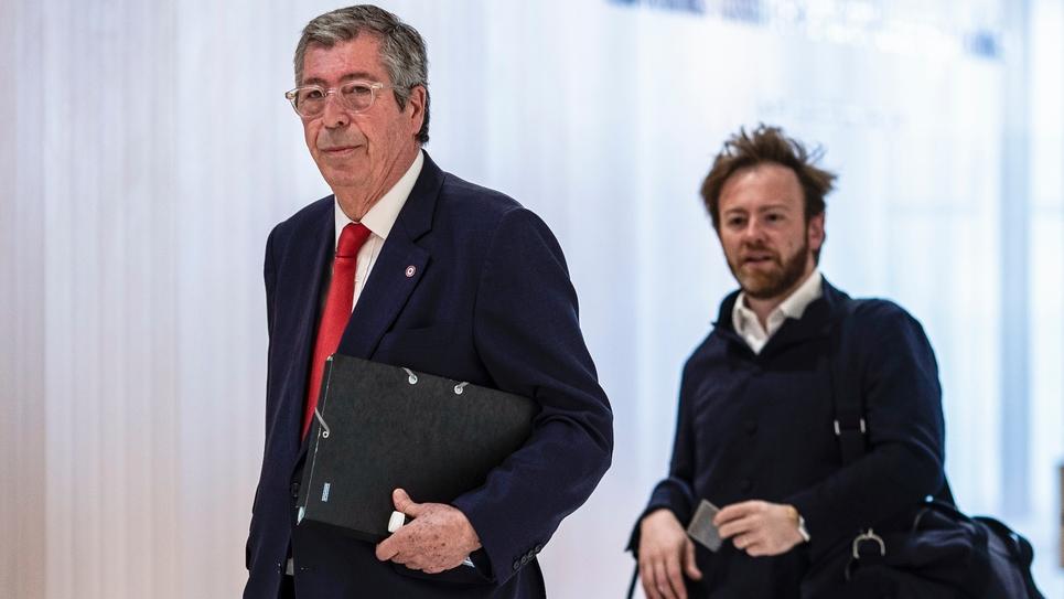 Patrick Balkany (g) et l'un de ses avocats Me Antoine Vey arrivent au tribunal, le 23 mai 2019 à Paris