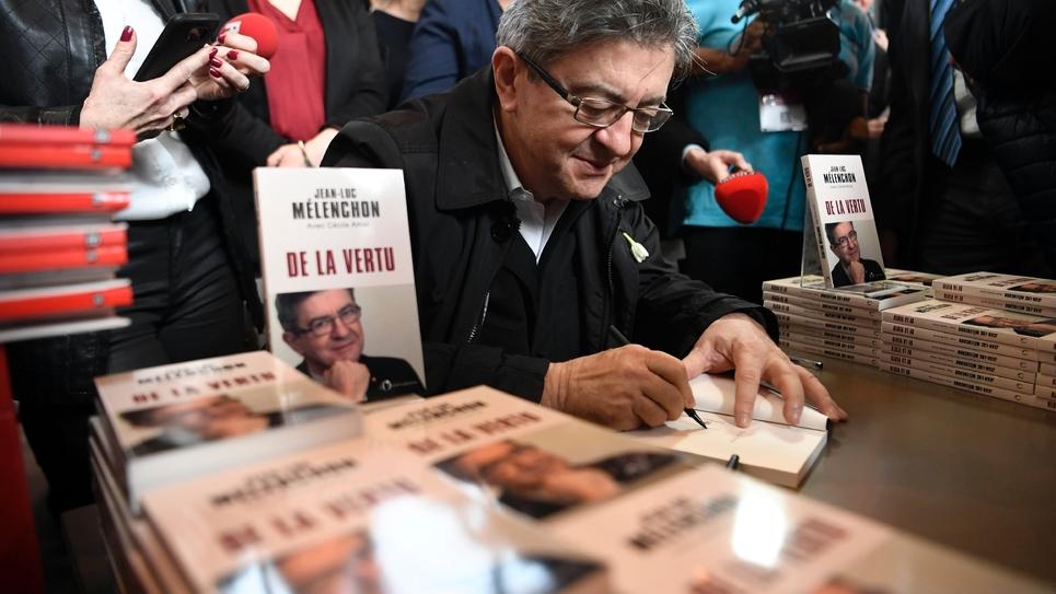 """Le candidat de """"La France insoumise"""" Jean-Luc Mélenchon dédicace son dernier livre """"De la vertu"""" au salon Livre Paris, à Paris le 24 mars 2017"""