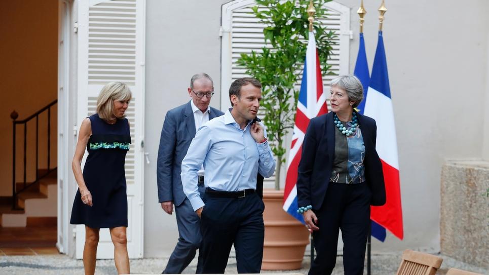 Le président Emmanuel Macron recevant la Première ministre britannique Theresa May au fort de Brégançon, le 3 août 2018. Sur la photo apparaissent l'épouse du président français, Brigitte Macron, et l'époux de la Première ministre britannique, Philip May.