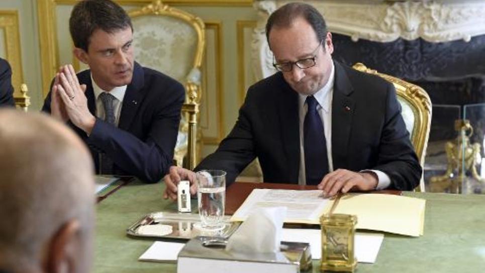 Le président François Hollande (d) et le Premier ministre Manuel Valls, le 14 avril 2015 à l'Elysée, à Paris