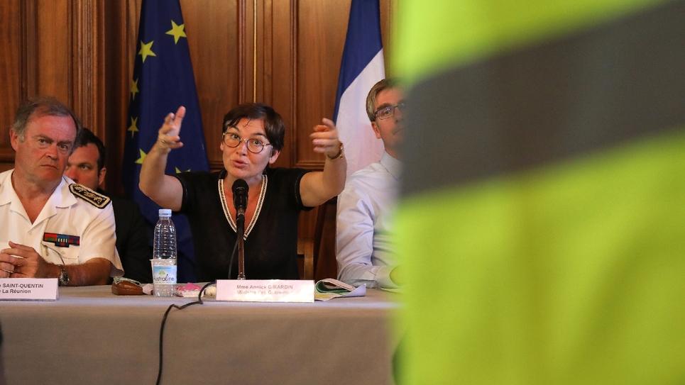 """La ministre française des Outremers Annick Girardin rencontre des représentants des """"gilets jaunes"""", à Sainte-Marie, sur l'île de la Réunion, le 28 novembre 2018"""