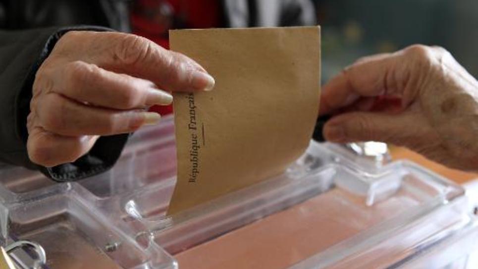 Une femme vote pour le premier tour des élections départementales à Marato, en Corse-du-Sud, le 22 mars 2015