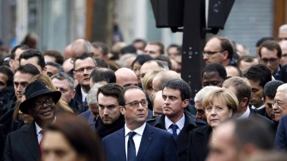 """Le président Francois Hollande (c) et le Premier ministre Manuel Valls à la """"Marche Republicaine"""" à Paris le 11 janvier 2015"""